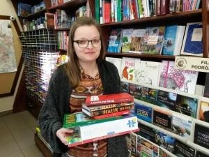 To jest pani Ewa Pietraszek. Pani Ewa wygląda jakby trzymane książki właśnie otrzymała, a było wręcz przeciwnie... M.in. Sklep Podróżnika przekazał książki dla Polaków mieszkających w Argentynie.